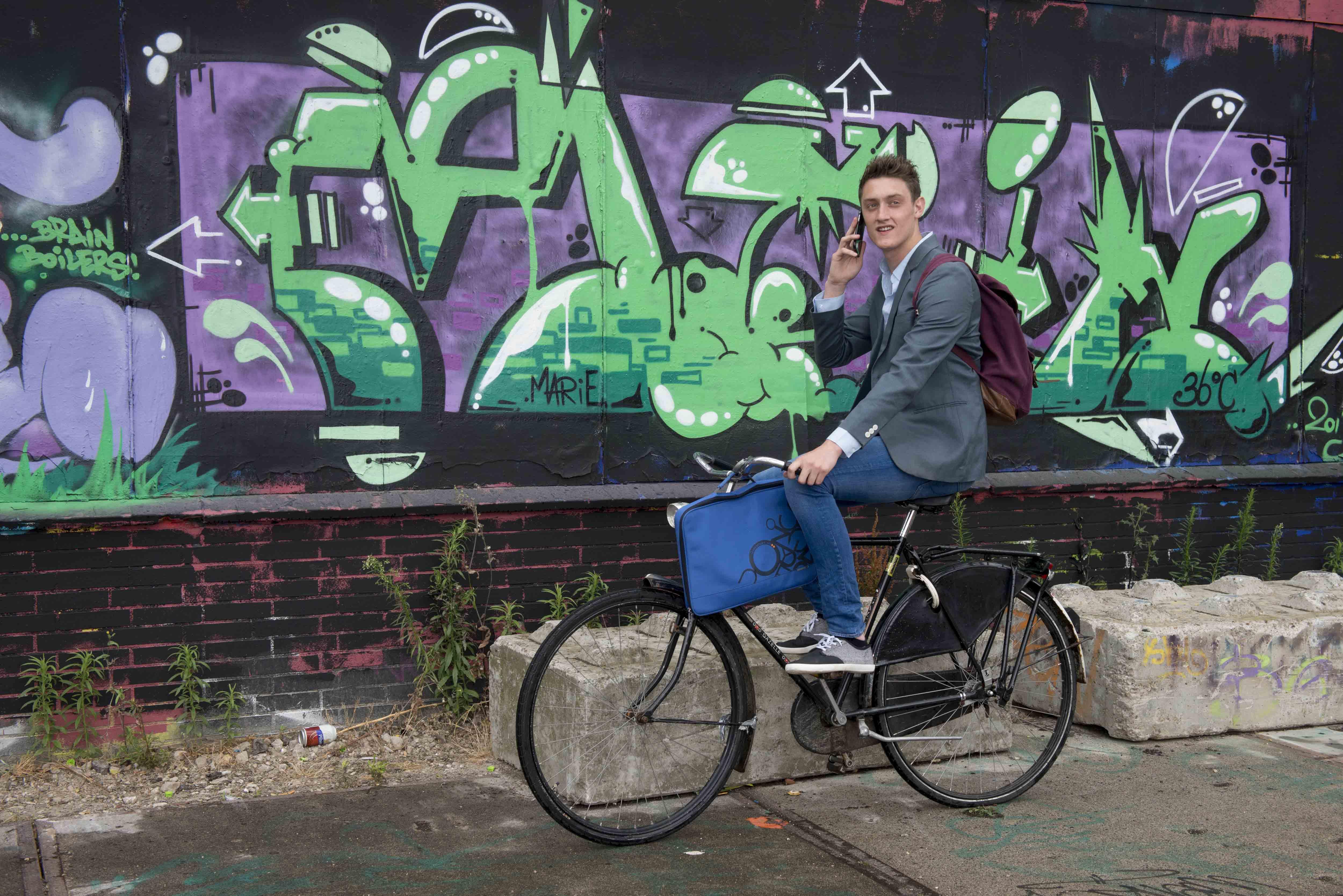 Bram op fiets bellend